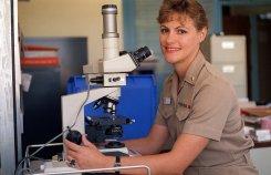 Dermatolog przy mikroskopie